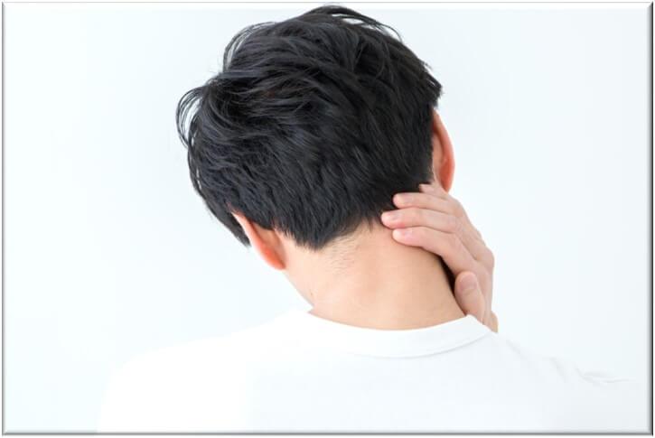 首の痛みの原因と改善方法